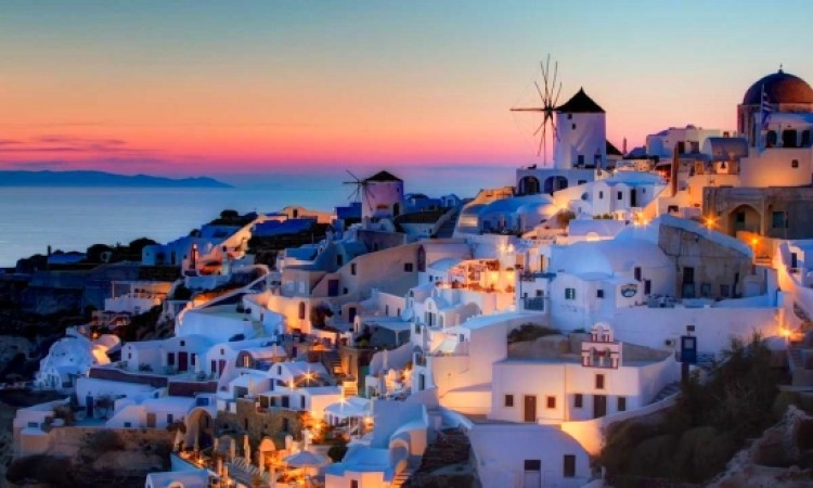 100 Santorini hotels open all year